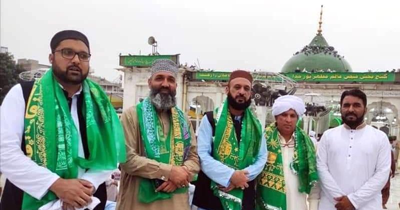 منہاج القرآن لاہور کے وفد کی داتا دربار حاضری، پھولوں کی چادر چڑھائی