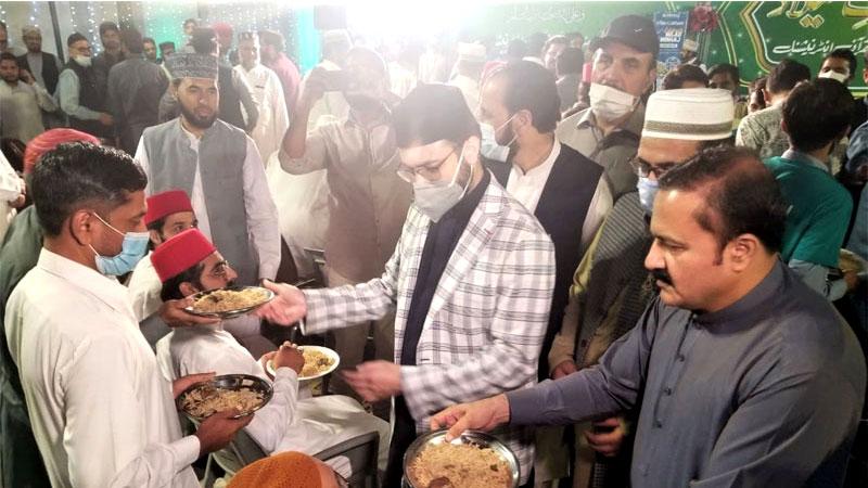 Milad feast: Dr Hassan Mohi-ud-Din Qadri distributes food among participants